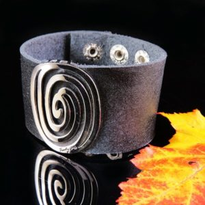 Black leather bracelet with silver detail in powerful design -