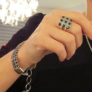 RIBBON svart armband med stenar spinell från Truly Me