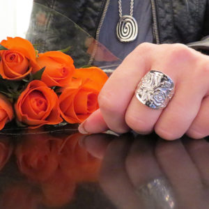 THE ROSE silver ring with pattern of roses (Truly Me)